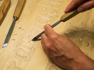 enseigne bois sculpté à la main